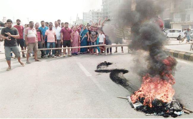 एक मोहल्ले से पानी निकालने से दूसरे मोहल्ले में जलजमाव, सड़क पर उतरे लोग, आगजनी