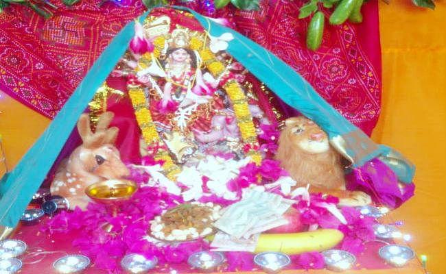 समंदर पार परदेश में भोजपुरिया लोगों ने मनाया दशहरा, भारत से दुर्गा की प्रतिमा मंगा कर रखा व्रत, विसर्जित की प्रतिमा