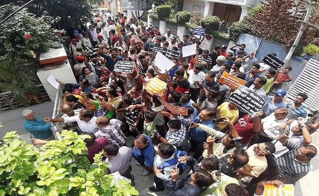 पटना में जलजमाव से पीड़ित लोगों ने उपमुख्यमंत्री सुशील मोदी के घर का किया घेराव