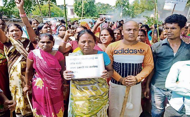 सामूहिक दुष्कर्म का मामला : ग्रामीणों पर लाठीचार्ज, फायरिंग