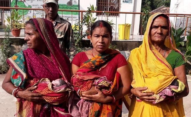 अस्पताल परिसर में प्रसव पीड़ा से छटपटाती रही महिला, साड़ी के घेरे में तीन बच्चों को दिया जन्म