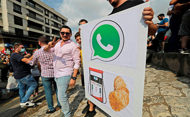WhatsApp पर सरकार ने लगाया टैक्स, लोगों ने काटा बवाल...