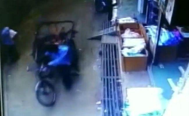 VIDEO : दो मंजिले से गिरा तीन साल का बच्चा और अचानक आ गया रिक्शा, जानें फिर क्या हुआ