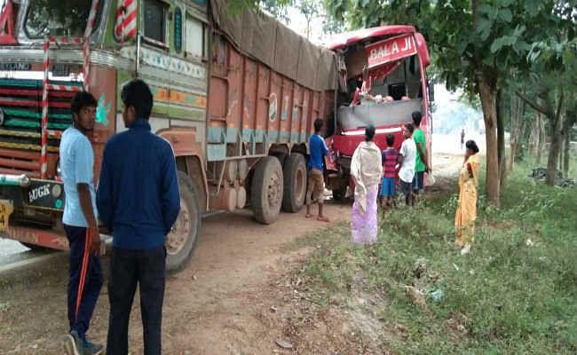 गुमला से रांची जा रही निजी बस की ट्रक से टक्कर, 20 यात्री घायल