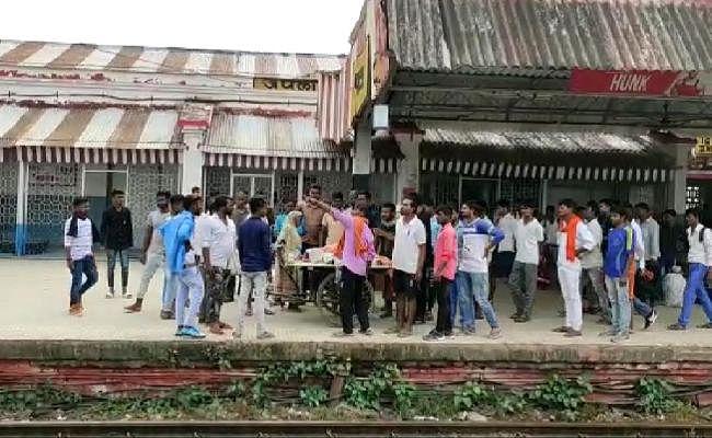 रेलवे प्लेटफॉर्म का निर्माण कर रहे मजदूर की ट्रेन की चपेट में आने से मौत