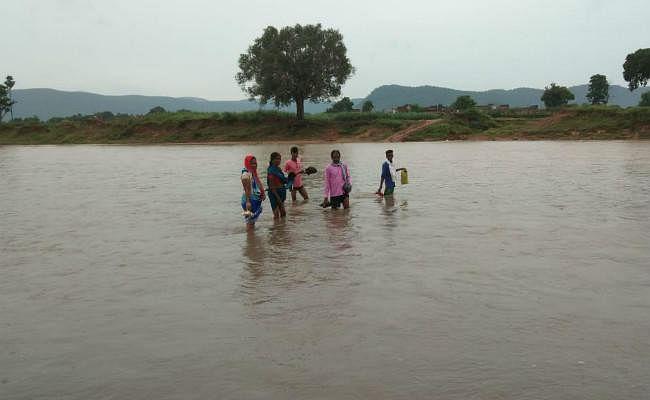 बड़कागांव : नदी पार कर दीपावली की खरीदारी करने पहुंचे लोग