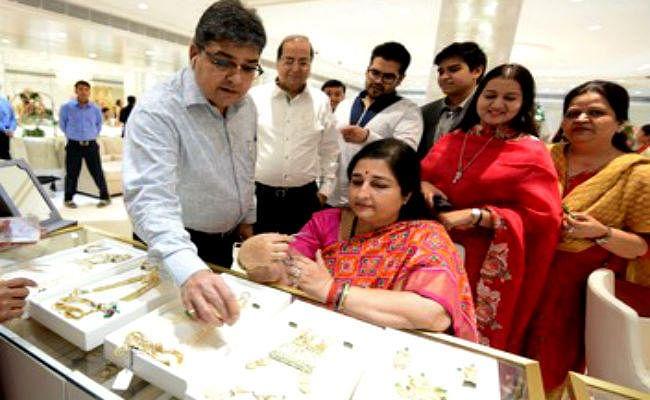 बंगाल में 2000 करोड़ के गहनों का कारोबार, अनुराधा पौडवाल ने कोलकाता में की खरीदारी