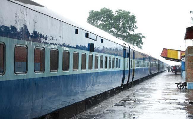 12:25 बजे सुपौल से आसनपुर कुपहा के लिए रवाना हुई ट्रेन, हर जगह ताली बजा कर किया  लोगों ने किया खुशी का इजहार