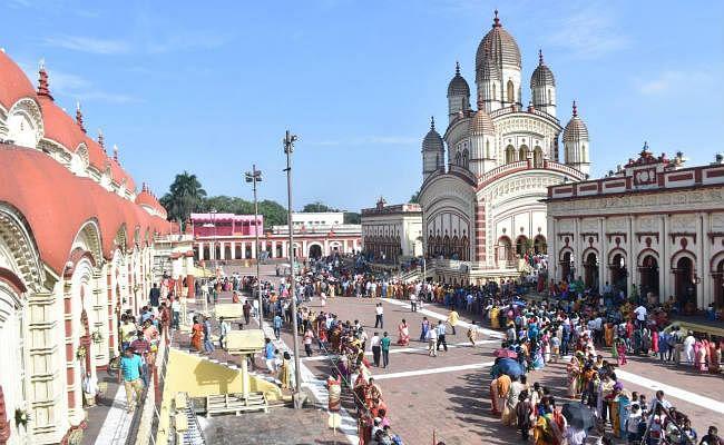 बंगाल : शक्ति की आराधना के लिए दक्षिणेश्वर मंदिर में उमड़ी श्रद्धालुओं की भीड़