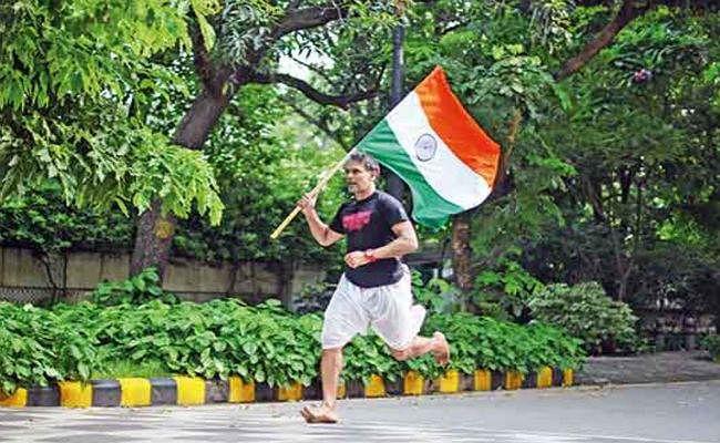 PHOTO: मिलिंद सोमन ने धोती में लगायी 25 किलोमीटर की दौड़...
