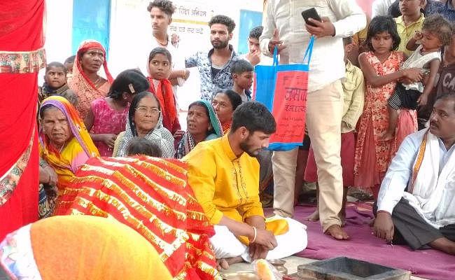 झारखंड के चौपारण में बेटी की जिद के आगे पिता बेबस, पंचायत में भारी हंगामे के बीच हुआ प्रेम विवाह