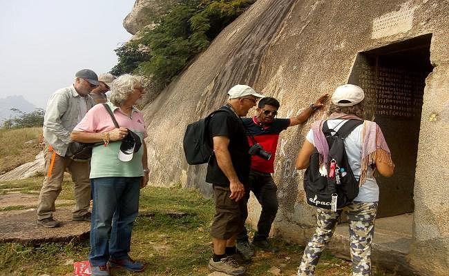फ्रांस के पर्यटकों ने देखीं वाणावर की गुफाएं, गुफाओं की पॉलिश देख अचंभित हुए पर्यटक