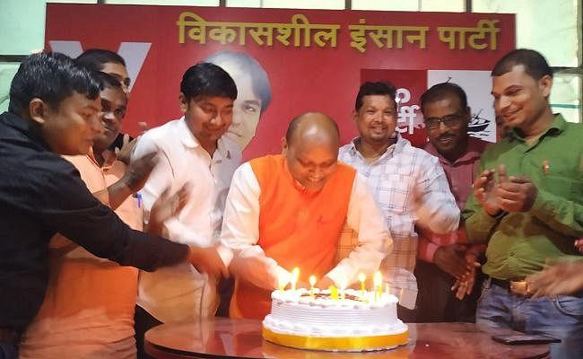 विकासशील इंसान पार्टी की स्थापना के एक वर्ष पूरे, पार्टी के नेताओं और कार्यकर्ताओं ने काटा केक