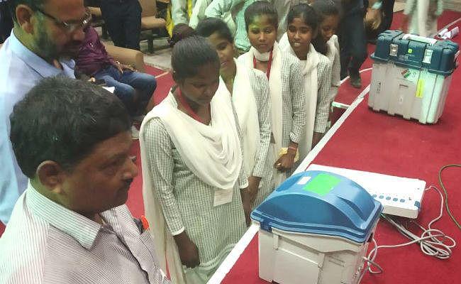 मारवाड़ी कॉलेज के छात्रों ने जाना कैसे होता है मतदान, इवीएम/वीपीपैट के साथ हुआ मॉकपोल
