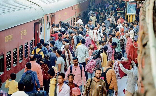 मुश्किल में सफर : सुविधा स्पेशल ट्रेनों में साढ़े तीन गुणा अधिक किराया देकर भी असुविधा, शौचालय में पैर रखने तक जगह नहीं