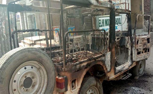 बेतिया में युवक की हत्या के बाद बवाल, आक्रोशित लोगों ने पुलिस जीप को फूंक डाला, अस्पताल में भी तोड़फोड़