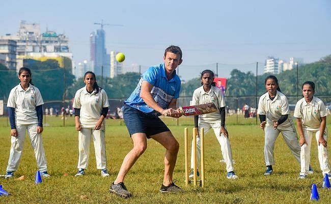 ऑस्ट्रेलिया के महान क्रिकेटर एडम गिलक्रिस्ट ने मुंबई में महिला खिलाड़ियों का बढ़ाया हौसला