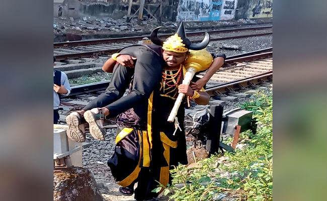 मुंबई: जागरूकता लाने का दिलचस्प तरीका, पैदल ही रेल की पटरी पार करने वालों को उठा कर ले जाते दिखे यमराज!
