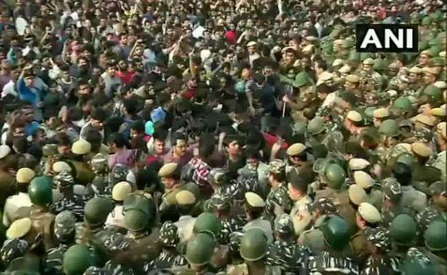 JNU में एक तरफ दीक्षांत समारोह तो दूसरी ओर बवाल, छात्रों और पुलिस में झड़प, देखें वीडियो