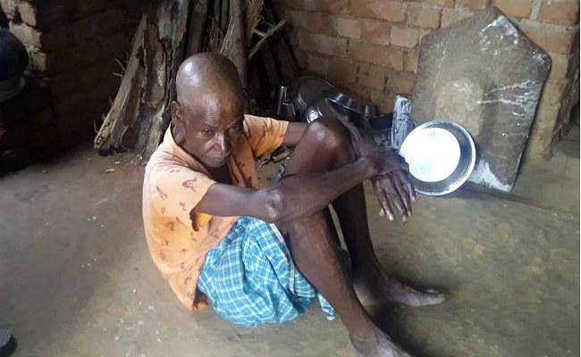 गुमला : भुखमरी में जी रहे वृद्ध दंपती, वृद्ध चमन ने कहा- मदद नहीं मिलेगी तो भूखे मर जायेंगे