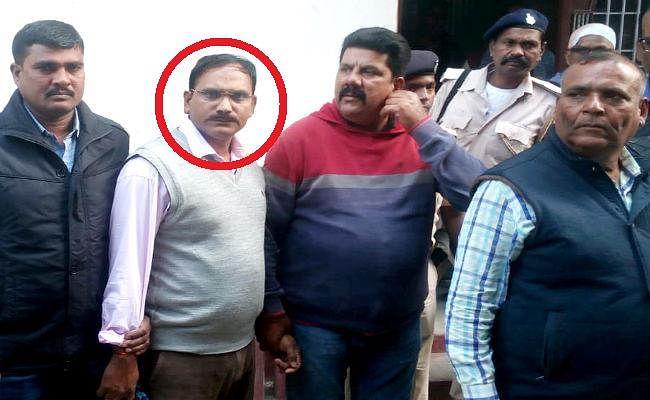 बिहार : पटना निवासी नरकटियागंज के कार्यपालक पदाधिकारी 50 हजार रुपये घूस लेते गिरफ्तार