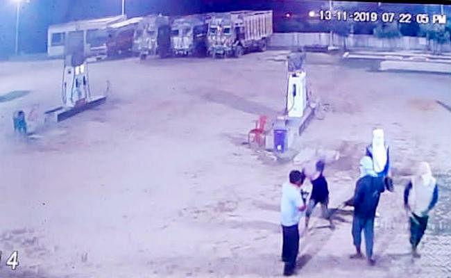 मधेपुरा के पेट्रोल पंप से नकाबपोश डकैतों ने की लाखों की लूट, सीसीटीवी में कैद हुई वारदात