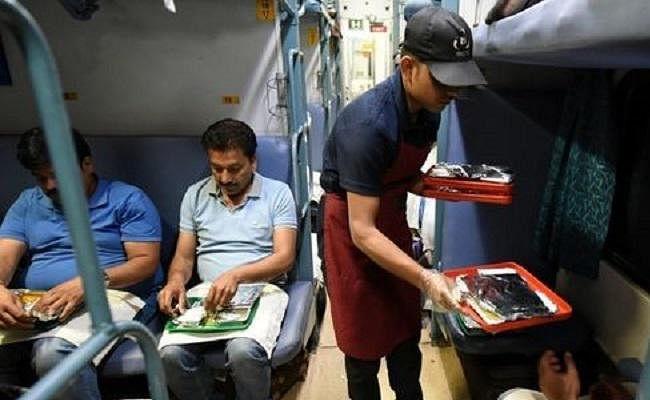 रेल में खाना होगा महंगा, शाम की चाय के लगेंगे 50 रुपये