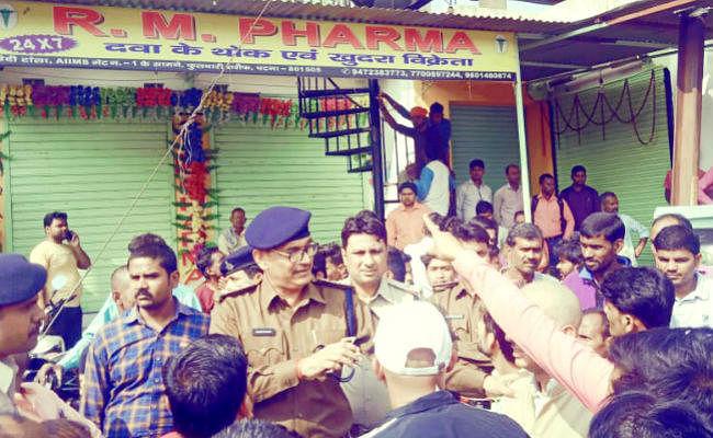 पटना एम्स के सामने दवा दुकानों से रंगदारी को लेकर गोलीबारी के बाद दवा कारोबारियों ने जाम की सड़क