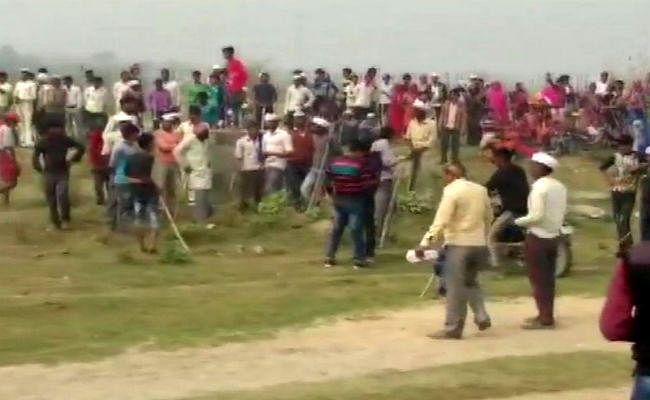 उन्नाव में किसानों ने किया विरोध प्रदर्शन, जमीन का उचित मुआवजा नहीं देने का लगाया आरोप