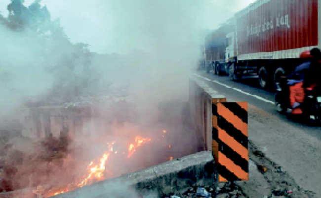 हाइवे किनारे कूड़ा में लगायी आग, विषाक्त धुआं से लोग परेशान