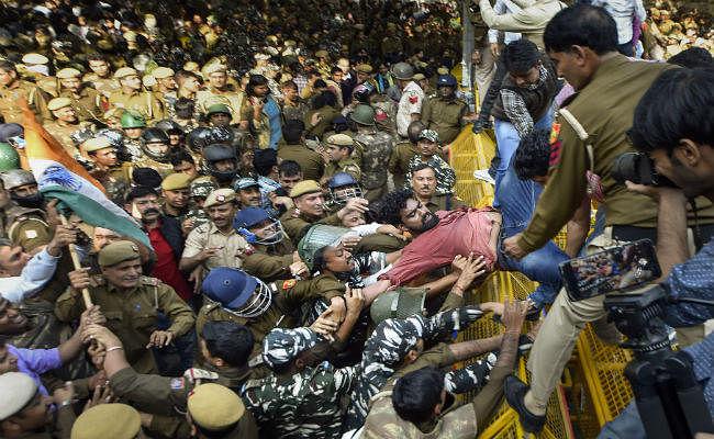 संसद भवन की तरफ मार्च: जेएनयू के करीब 100 छात्र हिरासत में, पुलिस के लाठीचार्ज में कुछ छात्र घायल