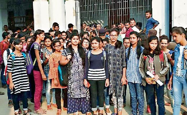 रैगिंग से त्रस्त छात्राओं ने दरभंगा इंजीनियरिंग कॉलेज में जड़ा ताला, तीन दिन पूर्व छात्रों ने हाथ पकड़ कर की थी अभद्रता