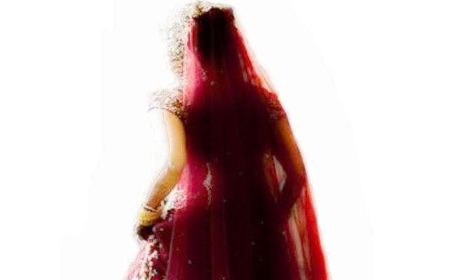 दुल्हन ने दूल्हे से शादी करने से किया इनकार, बरात में आये युवक से शादी रचायी, ...जानें क्या है मामला?