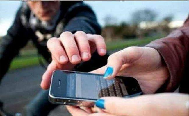 दो किलोमीटर पीछा करके छात्रा ने बदमाशों को पकड़ा, छीनकर भागा था मोबाईल, जानें पूरी घटना...