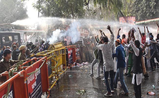 पटना में कांग्रेस का विरोध-प्रदर्शन, कार्यकर्ताओं पर दागे गये आंसू गैस के गोले