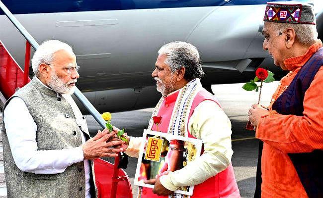 गया एयरपोर्ट पहुंचने पर PM मोदी का कृषि मंत्री ने किया स्वागत, मंत्री ने भेंट की पुस्तक, ...जानें कौन-सी पुस्तक भेंट की?