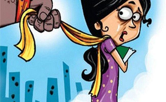 बिहार में लड़की से छेड़खानी की तो बनी मर्दानी, लफंगे को खींचते हुए लेकर गयी थाना, केस वापस लेने पकड़े पैर