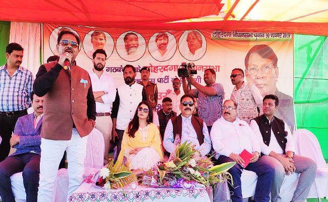 भाग्य श्री ने लोहरदगा में रामेश्वर के लिए मांगा वोट, बोलीं - कांग्रेस ही कर सकती है राज्य का विकास