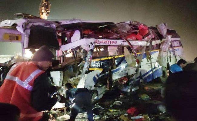 UP में हादसा : जयपुर से मुजफ्फरपुर आ रही बस टायर फटने से पलटी, दो महिलाओं समेत चार की मौत