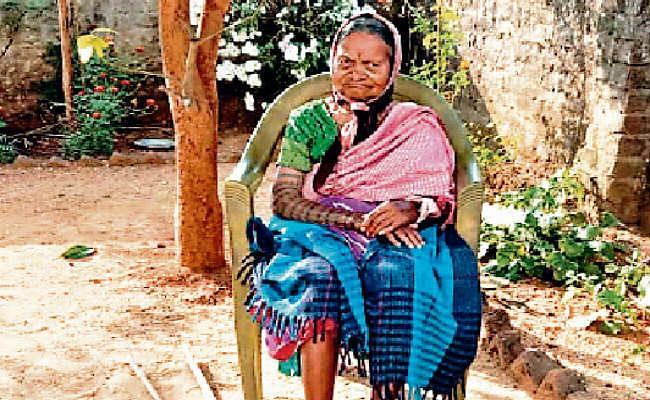 झारखंड विस चुनाव : गुमला प्रशासन ने भेजी गाड़ी, फिर भी वोट के लिए नहीं गयीं अलबर्ट एक्का की पत्नी बलमदीना एक्का