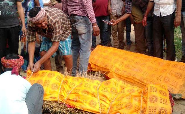 फौजी बेटे का शव देख बिलख पड़ी मां, मासूम के सवाल सुन कर छलके ग्रामीणों के आंसू, फौजी दंपत्ति का हुआ अंतिम संस्कार