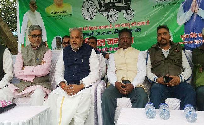 खरसावां : बिहार के मंत्री ने जद(यू) प्रत्याशी कुंवर बानरा के पक्ष में किया चुनावी सभा
