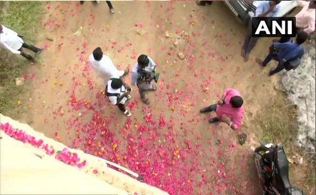 हैदराबाद रेप-मर्डर: मुठभेड़ की जगह पहुंचे लोग, पुलिस के समर्थन में नारे, बरसे फूल, खिलाई मिठाई