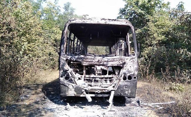 चाईबासा के बड़केल में नक्सलियों ने बस जलायी, चालक के साथ की मारपीट, गोइलकेरा में विस्फोट, फायरिंग