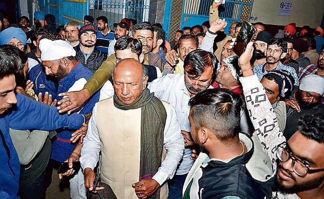 जमशेदपुर पूर्वी:  सरयू व डॉ वल्लभ ने इवीएम बदलने का लगाया आरोप,  घंटों हुआ हो-हंगामा