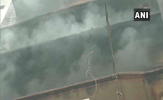 दिल्ली: जिस इमारत में कल आग लगने से हो गई थी 43 लोगों की मौत, आज फिर वहीं लगी आग