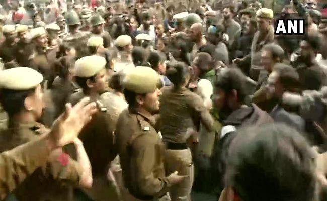 राष्ट्रपति भवन की ओर मार्च कर रहे JNU छात्रों पर लाठीचार्ज