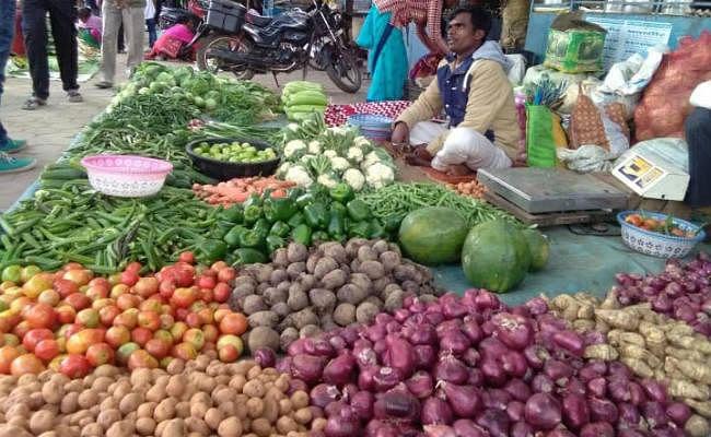 गुमला में मुर्गा व प्याज की कीमत हुई बराबर, सब्जियां खरीदने में लोगों की जेब हो रही ढीली