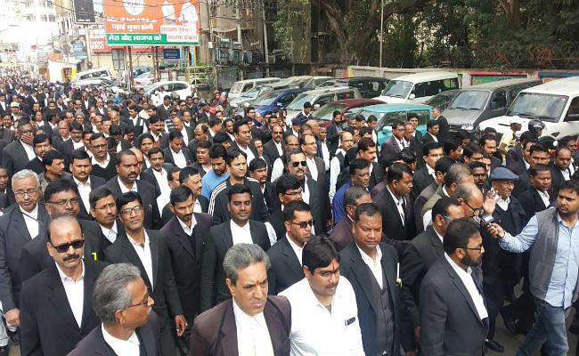 वकील रामप्रवेश सिंह की हत्या के विरोध में बार एसोसिएशन ने किया प्रदर्शन, कामकाज ठप