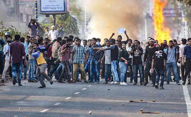 नागरिकता विधेयकः असम में विरोध प्रदर्शन तेज,कई जगह कर्फ्यू, पीएम मोदी बोले- नहीं छीना जाएगा आपका हक